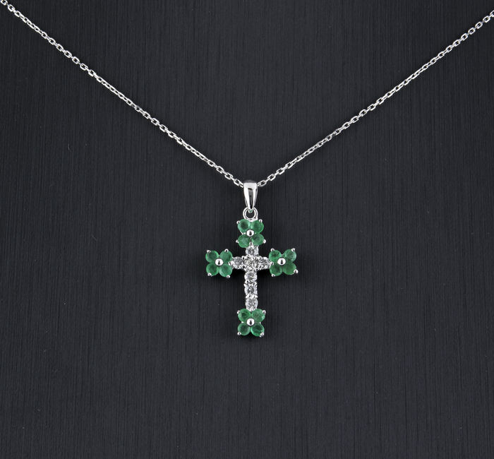 White gold, 750/1000 (18 kt) Necklace with cross pendant - 0.50 ct emeralds - 0.20 ct diamonds  - Necklace length: 42 cm