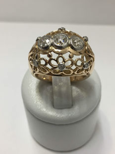 Antique ring made of 18 kt gold and diamonds of 0.84 ct.