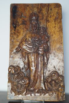 Large wood carving depicting Mary with Imperial Crown and Jesus with rosary - southern Europe - 18th century