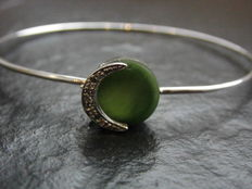 A white gold bracelet with green jade and 5 diamonds