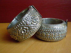 Two silver bracelets – India – height 3.8 cm, inner diameter 5.4 and 5.5 cm, 100 and 120 grams.