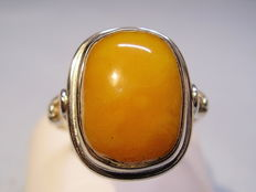 Designer ring with yellow amber from 1935 to 1940