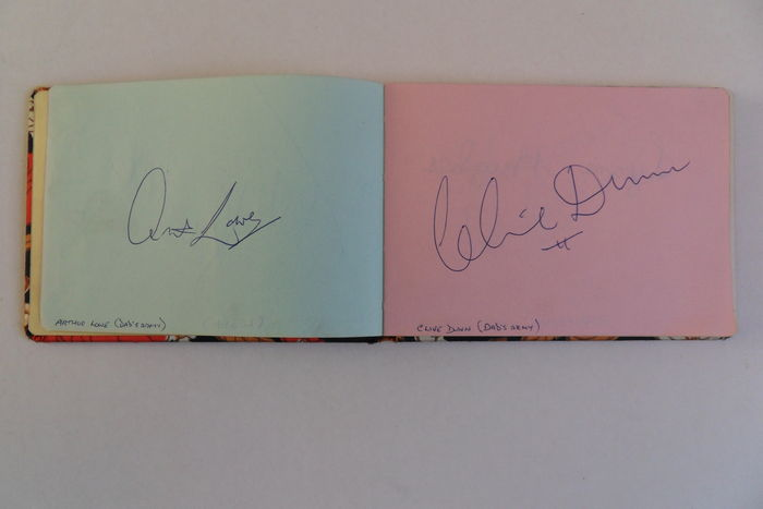 Autographs; Booklet with numerous signatures of famous people - ca. 1970 / 1975
