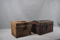 A pair of vintage trunks - Made of wood and wicker