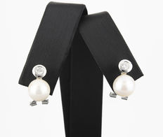 White gold earrings with brilliant cut diamonds of 0.40 ct and Akoya pearls of 14 mm