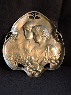 Art Nouveau-style wall plate with two women