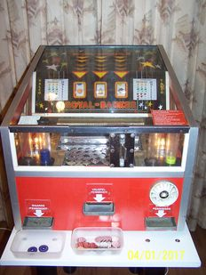 Beautiful Royal Banker Coin Pusher from the fairground with 2000 new tokens