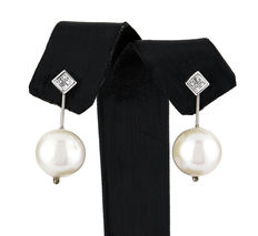 Two-in-one earrings made of white gold in square design with brilliant cut diamonds and cultured fresh water pearl.