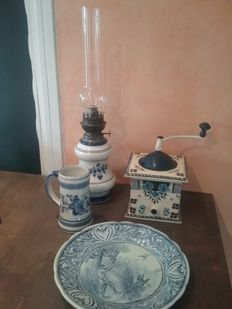 Lot Delft oil lamp, coffee grinder and dishes Holland