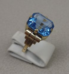 14 kt gold ring with aquamarine spinel. Approx. 1930.