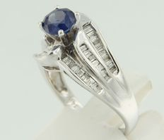 14 kt white gold ring with many baguette cut diamonds and a sapphire, ring size 17.5 (55)