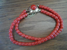 Precious coral bracelet with gold clasp, 1920s/-30s