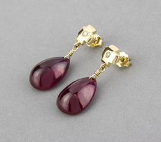 Stud earrings, cross shape, made in yellow gold with brilliant cut diamonds and oval cut cabochon rubies