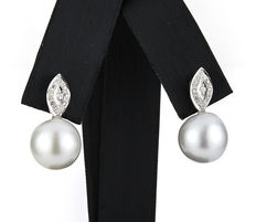 18 white gold earrings set with brilliant cut diamonds and South Sea pearls