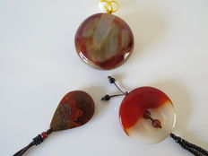 A collection of three high-quality agate pendants - Burma - 21st century