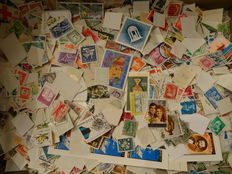 World – Batch with over 15.000 stamps in box