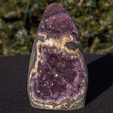 Amethyst geode with hematite and agate edge - 15 x 9 x 8 cm - 1681gr
