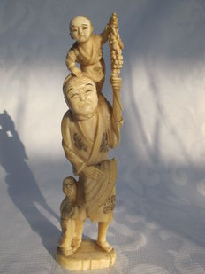 Ivory okimono of a man with two children - Japan - Late 19th century