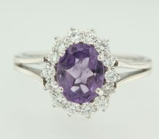 14 kt white gold entourage ring set with amethyst and brilliant cut diamonds, ring size 18 (57)