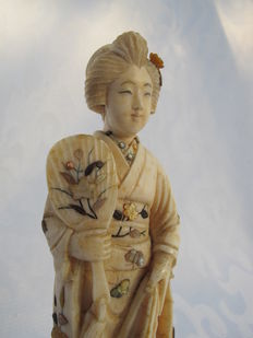Ivory Okimono woman inlaid with mother of pearl, Shibayama technique - Japan - Early 20th century
