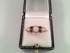 9 kt yellow gold ring with opal and garnet