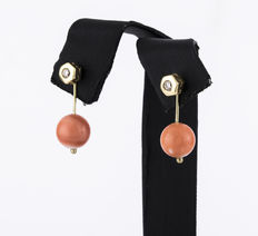 Two-in-one earrings, hexagonal studs in yellow gold with diamonds and coral from the Pacific