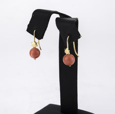 Yellow gold star-shaped earrings with Pacific coral
