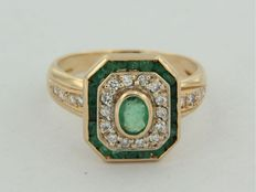 Gold ring of 18 kt with emerald and diamond, ringsize 18 (57)