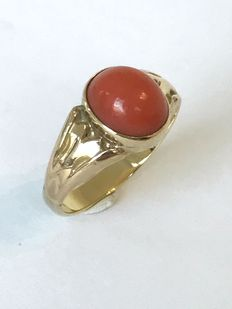 14 kt gold ring set with cabochon cut precious coral, ring size 19