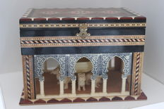 Excellent box for jewelwer of wood lined in inlay of green, white, red colors, woods; On model of Arab arches, figure of the courtyard of the lions of the Alhambra of Granada (Spain). Handcrafted.