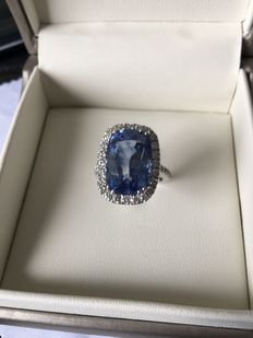 Ring in white gold and precious solid platinum. Untreated certificated natural sapphire and 21.77 ct natural diamonds. D/VVS1