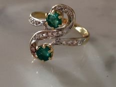 Old French ring in 18 kt yellow gold, diamonds and emerald on platinum