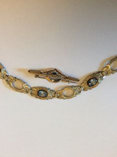 Brooch with sapphire cabochon and bracelet with apatites.