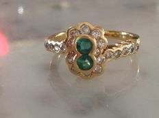 "18 kt gold ring set with diamonds and emeralds. ""No reserve price"""