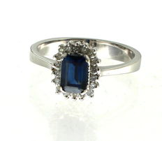 White gold entourage ring, set with diamond 0.18 ct VVS/H and sapphire 0.50 ct