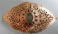 Belt buckle in gold set with an emerald