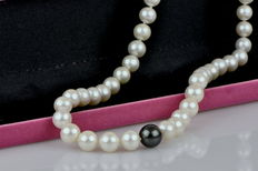 Necklace made of cultured freshwater pearls, 9-10 mm in diameter, Tahitian pearl clasp in spherical shape made of yellow gold