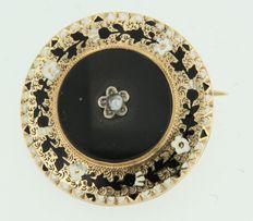 Yellow gold antique brooch set with onyx, a cultured pearl and decorated with white and black enamel