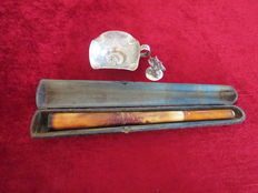 1 silver ashtray Visser Steenwijk 1 silver pipes and Meerschaum pipe 1 dover Zaanse masters cigars in case 1st and 2nd half of 20th century.