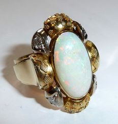 A 14 kt / 585 gold granulation ring with a big Australian full opal of 3 ct + 4 diamonds in brilliant cut of 0.20 ct.