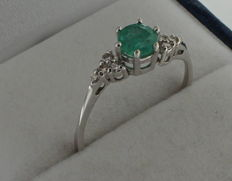 14 kt white gold ring set with diamond and emerald