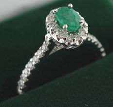 18 kt white gold ring inlaid with diamonds and emerald, ring size: 17.25