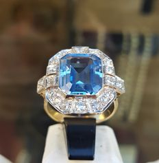 Gold ring with platinum. A large topaz in the centre with 20 diamonds around it, total weight is 1.00 ct.