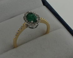 Bi-colour ring inlaid with diamond 0.28 ct, VVS/H and emerald 0.42 ct,  0.70 ct in total.