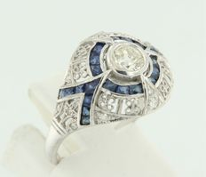 14 kt white gold ring in Art Deco style, with Bolshevik cut diamond of 0.42 carat in the centre, and sapphire and 14 single cut diamonds 0.08 carat, ring size 17.25 (54)