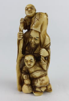 Ivory Netsuke 3 figures with red seal, height 5.5 cm - Japan - late 19th century