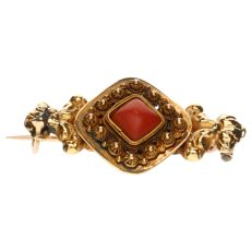 Antique yellow gold brooch set with a precious coral