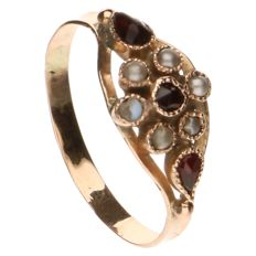 Yellow gold ring set with 6 freshwater pearls and 3 glass garnets