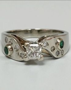 Diamond ring with emeralds in white gold, ca. 0.69ct. + 0.20 ct.
