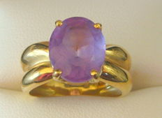 18 kt Yellow Gold Ring Set with a Mauve Parma Amethyst.